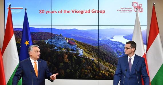 """""""W wynegocjowanych konkluzjach jest bardzo wyraźne zdanie, że nawet samo ustalenie, że jest jakiś problem z tzw. praworządnością nie wystarczy do uruchomienia mechanizmu sankcyjnego"""" - zaznaczył podczas konferencji prasowej z premierem Węgier Victorem Orbanem Mateusz Morawiecki. Wcześniej szef polskiego rządu podkreślił, że porozumienie to podwójne zwycięstwo, ponieważ KE będzie zobowiązana do stosowania kryteriów dokładnie odpowiadających konkluzjom Rady Europejskiej i Polska nie ustąpiła z żadnego zapisu, uzgodnionego z Węgrami i prezydencją niemiecką."""