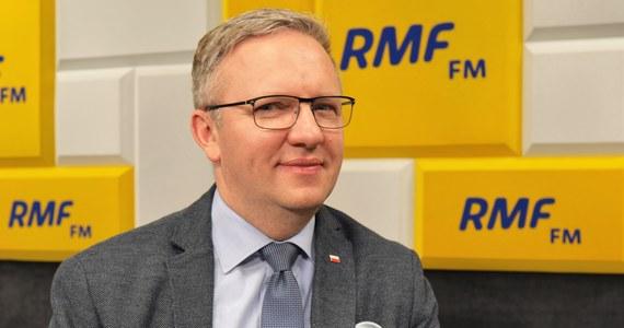 """""""Największym przegranym tej sytuacji politycznej jest polska opozycja i niech tak zostanie"""" – tak mówił Krzysztof Szczerski na antenie RMF FM """"do kolegów z Solidarnej Polski"""" w kontekście wystąpienia Ziobry, który krytykuje przystąpienie Polski do kompromisu ws. unijnego budżetu. Jak dodał gość Porannej rozmowy w RMF FM """"treść konkluzji zadowala, natomiast stosowanie tych zasad będziemy oceniali później""""."""