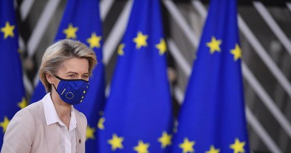 """Komisja Europejska złożyła w piątek w Brukseli na posiedzeniu ambasadorów państw UE deklarację dotyczącą budżetu UE i mechanizmu """"pieniądze za praworządność"""". Zobowiązuje się w niej do stosowania zapisów konkluzji, przyjętych na szczycie Unii Europejskiej - przekazało PAP źródło unijne w Brukseli."""