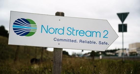 Po trwającej rok przerwie wznowiono w piątek prace przy budowie gazociągu Nord Stream 2 z Rosji po dnie Bałtyku do Niemiec - poinformował w Sassnitz na wyspie Rugia rzecznik realizującej tę inwestycję spółki Nord Stream 2 AG.