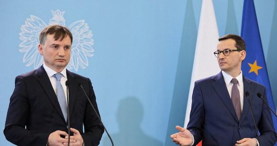 """""""Nie rozmawiałem jeszcze ze Zbigniewem Ziobrą, ale powtórzę, że Zjednoczona Prawica to, jak mawiał Ronald Reagan, partia dużego namiotu. UE jest miejscem twardej gry interesów, musimy umieć realizować swoje interesy"""" - mówił premier Mateusz Morawiecki, Gość Krzysztofa Ziemca w RMF FM. Dziś zarząd Solidarnej Polski ma zdecydować, co z dalszą współpracą w rządzie. Spotkanie rozpoczęło się przed godz. 12."""