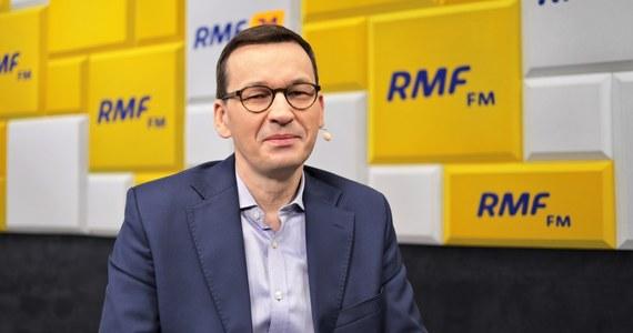 """""""Dzisiaj mamy bardzo dobry budżet, jest to wyjątkowy budżet na ten czas"""" – komentował na antenie RMF FM premier Mateusz Morawiecki po powrocie z Brukseli z unijnego szczytu ws. budżetu UE. W rozmowie z Krzysztofem Ziemcem przyznał, że ma świadomość, że głosy w sprawie kompromisu, na który zgodziła się Polska są różne, ale premier stanowczo stwierdził: """"suwerenność to jest zdolność do realizacji swoich interesów pośród innych państw"""". """"Upiekliśmy dwie pieczenie na jednym ogniu. Wzmogliśmy swoja pozycję finansową i zachowaliśmy wzmocniony mechanizm, który nas ochroni nas przed arbitralnym potraktowaniem przez inne państwa"""" - zapewnił."""