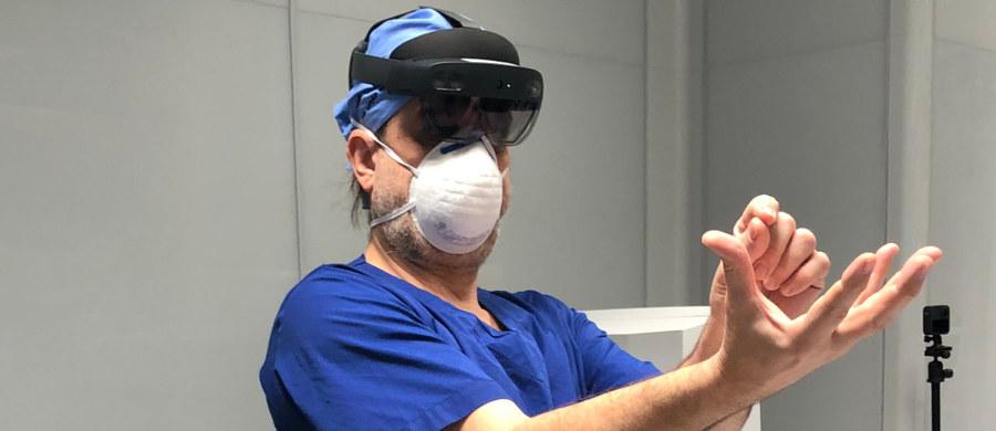Chirurdzy w goglach do rozszerzonej rzeczywistości przygotowywali się do usunięcia guza wątroby w krakowskim Szpitalu Uniwersyteckim. Jak podkreśla przeprowadzający zabieg profesor Piotr Richter - diagnostyka przed operacją laparoskopową jest kluczowa. Nowoczesna technologia zmienia jej wymiar i to dosłownie.