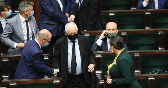 Gdyby w najbliższą niedzielę odbywały się wybory do Sejmu to wygrałoby je Prawo i Sprawiedliwość z 38,8 proc. głosów; w parlamencie znalazłyby się jeszcze KO, ruch Hołowni, Lewica i PSL - wynika z sondażu pracowni Estymator dla DoRzeczy.pl. Poza Sejmem znalazłaby się Konfederacja.