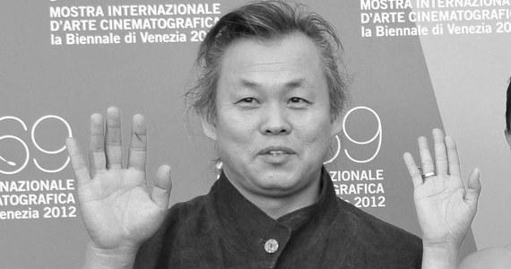 Sławny i nagradzany, ale też oskarżany o brutalne traktowanie kobiet południowokoreański reżyser Kim Ki-duk zmarł w piątek na Łotwie na Covid-19 - podaje AFP. Miał 59 lat.