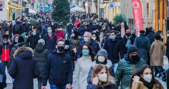 649 osób zmarło we Włoszech w ciągu doby na Covid-19, zarejestrowano 19903 nowe zakażenia koronawirusem - poinformowało w sobotę Ministerstwo Zdrowia w Rzymie. Wykonano 196 tys. testów. Od początku epidemii zakaziło się około 1,8 mln osób, zmarło ponad 64 tys.