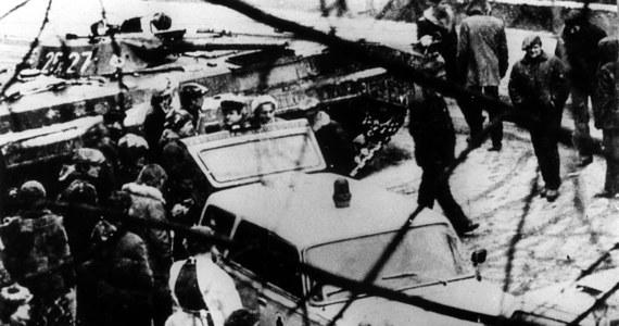 39 lat temu, w niedzielę 13 grudnia 1981 r. o godz. 6 rano, Polskie Radio nadało wystąpienie gen. Wojciecha Jaruzelskiego, w którym informował on Polaków o ukonstytuowaniu się Wojskowej Rady Ocalenia Narodowego (WRON) i wprowadzeniu na mocy dekretu Rady Państwa stanu wojennego na terenie całego kraju.