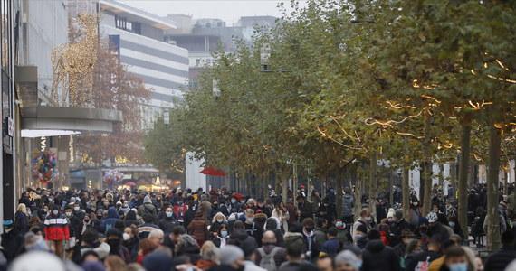Rząd Niemiec planuje zamknąć od 16 grudnia do 10 stycznia większość sklepów, których działalność nie jest niezbędna - pisze agencja Reuters. Powołuje się na projekt rządowej propozycji, dotyczący kolejnych obostrzeń w związku z pandemią koronawirusa. Informację tę potwierdziła kanclerz Niemiec Angela Merkel.