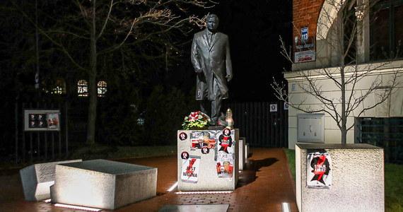 Pomnik Lecha Kaczyńskiego znajdujący się w Szczecinie oklejono plakatami, na których widnieje m.in. Wojciech Jaruzelski. Podobne plakaty pojawiły się na siedzibie PiS.