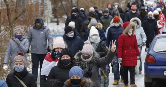 Ponad 300 osób zatrzymano podczas niedzielnych protestów w Mińsku - poinformowała mińska milicja. Jak twierdzi centrum praw człowieka Wiasna, zatrzymania przeprowadzono też w innych miastach i miejscowościach. Demonstrujący, domagający się odejścia Alaksandra Łukaszenki, maszerują kolumnami i biorą udział w akcjach solidarności. To 126. dzień protestów powyborczych w tym kraju.