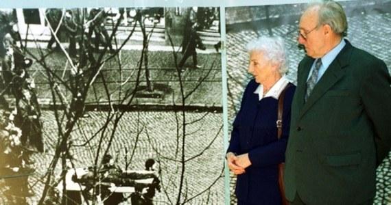 """""""Ballada o Janku Wiśniewskim"""" to jeden z symboli tragicznego Grudnia 1970 roku. W krwawo stłumionych przez wojsko i milicję protestach zginęło ponad 40 osób. Ponad tysiąc zostało rannych. Ginęli nie tylko protestujący, ale także robotnicy, którzy na wezwanie wicepremiera PRL-owskiego rządu, wracali do pracy. To historia jednego z nich zainspirowała autora """"Ballady o Janku Wiśniewskim""""."""