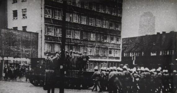 """""""Sam przebieg jest znany, ale chyba perfidia władzy nie jest tak dobrze znana"""" - mówi o Grudniu 1970 roku Przemysław Ruchlewski, zastępca dyrektora Europejskiego Centrum Solidarności do spraw naukowych. Dziś mija dokładnie pół wieku od rozpoczęcia strajku w Stoczni im. Lenina w Gdańsku. Robotnicy sprzeciwili się ogromnej podwyżce cen żywności."""