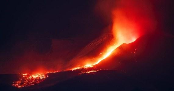 Wulkan Etna na Sycylii przebudził się w nocy z niedzieli na poniedziałek. Z południowo-wschodniego krateru zaczęły wydobywać się ogromne fontanny lawy i kłęby dymu widoczne z dużej odległości, także z Kalabrii.
