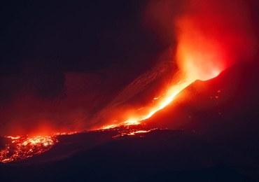 Etna się przebudziła. Pył wulkaniczny pokrył miasto Katania
