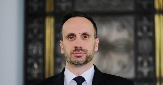 """""""Polityka jest grą zespołową. Nie widzę powodów, dla których miałbym się podawać do dymisji tym bardziej, że w sprawie na przykład ostatniego szczytu UE prezentuje konsekwentne zdanie, ani o milimetr go nie zmieniłem"""" – stwierdził w Porannej rozmowie w RMF FM Janusz Kowalski. Poseł w ten sposób skomentował doniesienia o tym, że szef Ministerstwa Aktywów Państwowych Jacek Sasin podjął decyzję o dymisji Kowalskiego ze stanowiska wiceszefa MAP."""