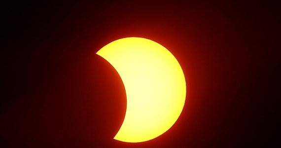 Księżyc przesłonił w poniedziałek Słońce nad Pacyfikiem. Można było tam obserwować całkowite zaćmienie najjaśniejszej gwiazdy w naszym układzie. Pasmo widoczności pełnej fazy zaćmienia przebiegało wzdłuż fal Pacyfiku i Oceanu Atlantyckiego, a także przekroczyło południową część Chile i Argentyny.