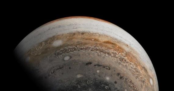 Żaden z żyjących astronomów nie miał jeszcze okazji tak dobrze oglądać tego zjawiska. Ostatni raz miało miejsce prawie 400 lat temu. Mowa o koniunkcji Jowisza i Saturna, którą będziemy mogli podziwiać 21 grudnia. Dla niektórych to z pewnością będzie pierwsza gwiazda, tak wypatrywana w wigilijną noc. W rzeczywistości to będą dwa gazowe olbrzymy które zatańczą razem na naszym niebie. O wyjątkowym astronomicznym spektaklu Marlenie Chudzio opowiadała dr Elżbieta Kuligowska z Obserwatorium Astronomicznego Uniwersytetu Jagiellońskiego w Krakowie.