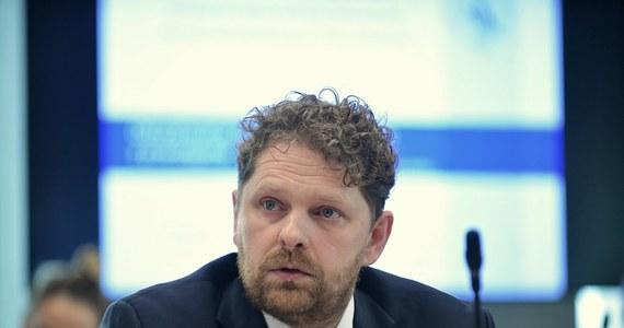 Parlament Europejskie odrzucił przytłaczającą większością głosów zgłoszoną przez polskie władze kandydaturę Marka Opioły na stanowisko sędziego Trybunału Obrachunkowego Unii Europejskiej. Stanowisko to nie jest obsadzone od ponad roku, po tym jak piastujący je Janusz Wojciechowski został komisarzem ds. rolnictwa. Marek Opioła jest obecnie wiceprezesem Najwyższej Izby Kontroli.