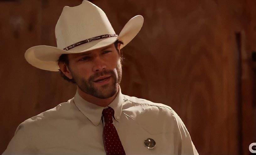 """Cordell Walker zwany Strażnikiem Teksasu to jedna z legendarnych postaci, w które wcielił się Chuck Norris. Emitowany na antenie stacji CBS w latach 1993-2001 serial """"Strażnik Teksasu"""" z jego udziałem doczekał się nowej wersji. Tym razem w roli dzielnego obrońcy prawa zobaczymy znanego z serialu """"Nie z tego świata"""" Jareda Padaleckiego."""