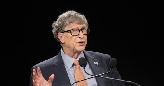Według filantropa i byłego prezesa zarządu korporacji Microsoft Billa Gatesa koronawirus może stanowić zagrożenie do 2022 roku. W wywiadzie dla CNN Gates apelował o ostrożność. Wyraził zarazem nadzieję na powrót do stanu bliskiego normalności pod koniec przyszłego lata.