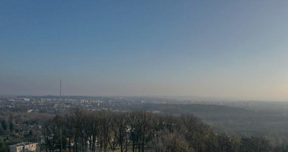 """Kilkukrotnie przekroczone są normy jakości powietrza w wielu miejscach Małopolski. Z powodu smogu w Krakowie komunikacją miejską można dzisiaj jeździć za darmo. """"Jest to pierwszy w 2020 r. dzień darmowej komunikacji miejskiej z powodu smogu"""" – powiedział rzecznik krakowskiego MPK Marek Gancarczyk."""