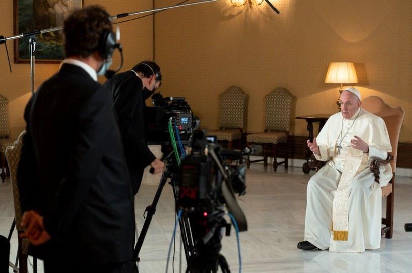 """Serial dokumentalny oparty na książce papieża Franciszka """"Dzielenie się mądrością czasu"""" trafi do oferty Netfliksa."""