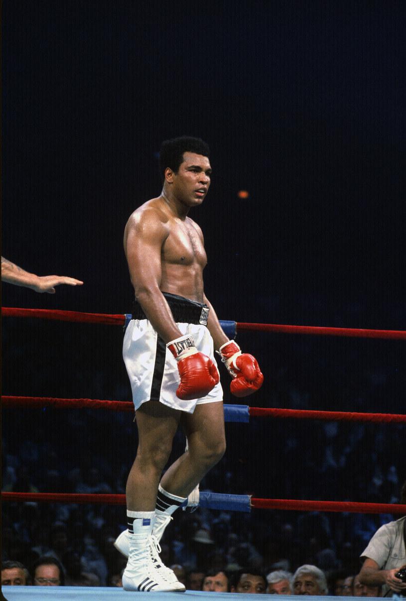 """Legendarny pięściarz był już bohaterem wielu filmów fabularnych i dokumentalnych, a na premierę czeka kolejny, zatytułowany """"One Night in Miami"""". To jednak nie zniechęciło szefów studia Searchlight Pictures, które rozpoczęło przygotowania do realizacji kolejnej produkcji o Muhammadzie Alim. Film ten ma być poświęcony jednemu z najważniejszych epizodów w życiu pięściarza – jego odmowie służby wojskowej podczas wojny w Wietnamie."""