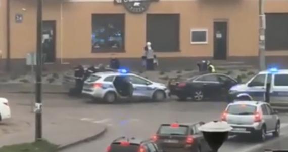 Dwaj mężczyźni zostali zatrzymani po policyjnym pościgu na Mazowszu. Funkcjonariusze z Pułtuska ścigali Audi A6 przez 35 kilometrów. Pędzące auto zatrzymała dopiero blokada.