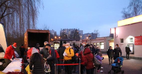 """Przedświąteczny poczęstunek dla mieszkańców Krakowa. 10 tysięcy porcji smażonego karpia ufundował Bartłomiej Szczoczarz z Gospodarstwa Rybackiego Dolina Będkowska i wspólnie z Miastem Kraków częstuje przysmakami tysiące osób. Smażonego karpia, kapustę z grochem i pieczywo można było odebrać za """"dziękuję"""" i """"świąteczne życzenia"""". Dziś poczęstunek rozdawano na Kurdwanowie."""