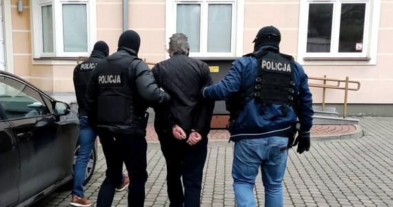 """Policjanci z mazowieckiego """"Archiwum X"""" rozwikłali zagadkę podwójnego morderstwa, do którego doszło ponad 26 lat temu w okolicach Nowego Miasta nad Pilicą. Zarzuty zabójstwa usłyszał 53-letni obywatel Ukrainy."""