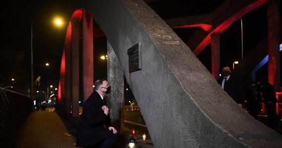 50 lat temu robotnicy szli na poranną zmianę, a czekały na nich czołgi, otworzono do nich ogień; to był koniec złudzeń co do tego, kim jest władza komunistyczna; pochylmy dzisiaj głowy nad pamięcią tych, którzy zginęli na Wybrzeżu w 1970 r. - powiedział w Gdyni prezydent Andrzej Duda. Rano prezydent Duda wziął udział w obchodach 50. rocznicy Grudnia'70 w Gdyni.