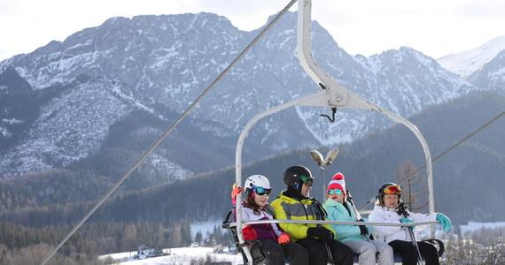 W związku z rozprzestrzenianiem się koronawirusa w Polsce minister zdrowia Adam Niedzielski ogłosił podczas czwartkowej konferencji decyzje rządu ws. dodatkowych obostrzeń. Od 28 grudnia do 17 stycznia będzie obowiązywała kwarantanna narodowa. Zamknięte będą więc hotele oraz stoki narciarskie.