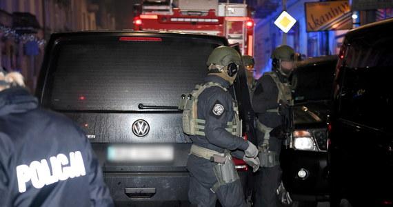 36-letni Łukasz P., który w środę zabarykadował się z 4,5-letnim synem w pokoju mieszkania w kamienicy w Przemyślu (Podkarpackie) usłyszał zarzuty wzięcia i przetrzymywania zakładnika; złamanie zakazu zbliżania się do matki dziecka i znieważenia policjantów. Dziecko po ponad sześciu godzinach uwolnili policyjni kontrterroryści.