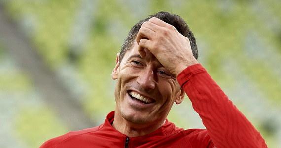 """Robert Lewandowski przyznał po triumfie w plebiscycie FIFA na najlepszego piłkarza świata w 2020 roku, że """"trudno będzie mu pójść dziś spać"""". """"Jestem bardzo dumny z tej nagrody"""" - dodał na konferencji prasowej kapitan reprezentacji Polski i napastnik Bayernu Monachium."""