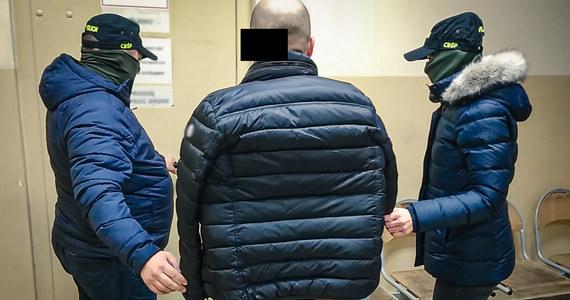 """Policyjny """"łowcy cieni"""" z CBŚP zatrzymali w Krakowie członka sycylijskiej rodziny mafijnej. 40-letni Alberto C. był poszukiwany Europejskim Nakazem Aresztowania."""