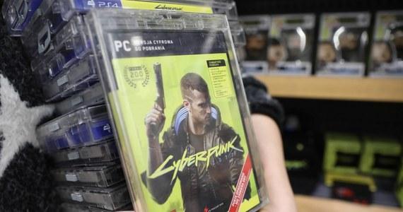 Firma Sony wycofała Cyberpunk 2077 - najbardziej wyczekiwaną grę wideo tego roku, a stworzoną przez polskiego producenta - ze swojego sklepu online Playstation Store. Powodem decyzji jest duża liczba błędów w pierwszej wersji gry na konsole Playstation 4.