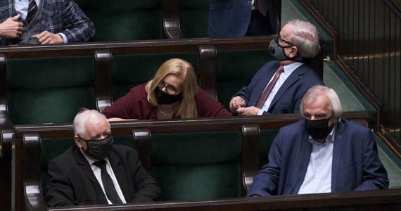 Co trzeci Polak zagłosowałby obecnie w wyborach parlamentarnych na Prawo i Sprawiedliwość - wynika z najnowszego sondażu IBRiS dla Onetu. Koalicja Obywatelska, która uzyskała drugi wynik, traci do partii Jarosława Kaczyńskiego ponad 10 punktów procentowych.