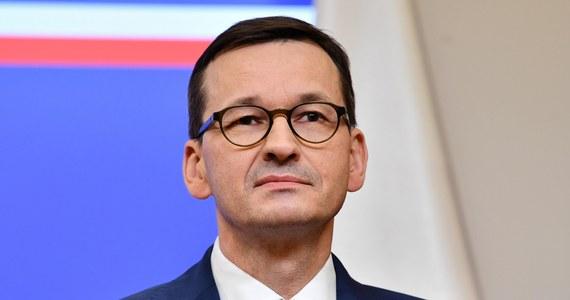 Rozważamy wprowadzenie dalej idących restrykcji, również dotyczących przemieszania się, ale one wiążą się z koniecznością wdrożenia nowej legislacji - powiedział premier Mateusz Morawiecki w wywiadzie dla wp.pl.