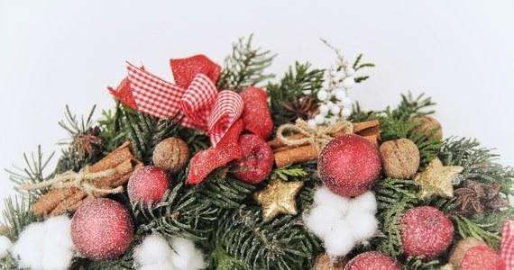 """""""Warto przystrajać domy, żeby w tym trudnym dla nas czasie odpocząć i nacieszyć się czymś pięknym"""" – mówi w rozmowie z RMF FM Magdalena Klakla, która na co dzień zajmuje się tworzeniem dekoracji. Jak dodaje, stworzenie samodzielnie prostego wieńca bożonarodzeniowego nie jest bardzo czasochłonne, a pozwoli spędzić w kreatywny sposób chwile z najbliższymi. Zdradza nam także najnowsze trendy w bożonarodzeniowych ozdobach."""