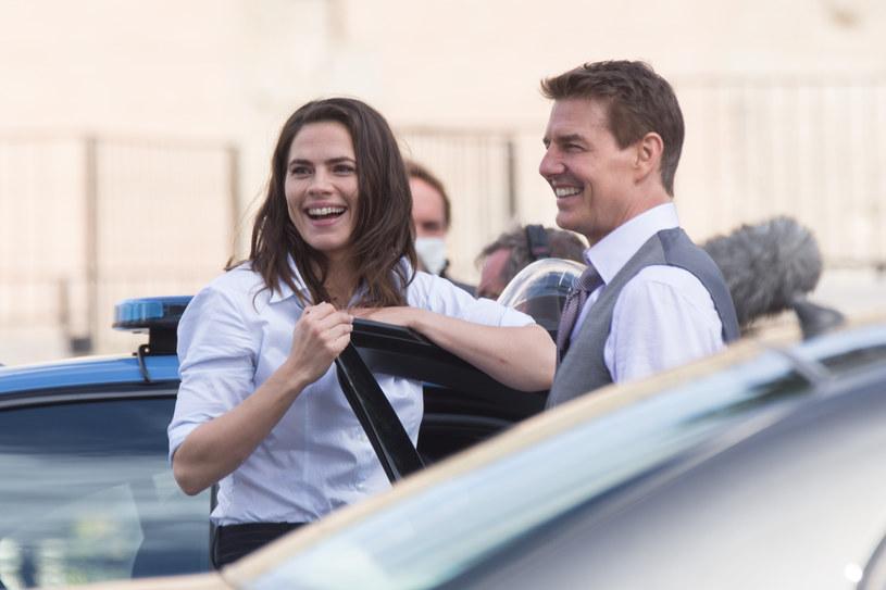 """Brytyjskie media donoszą, że Tom Cruise ma nową sympatię. Gwiazdor łączony jest z Hayley Atwell, aktorką, która pracuje z nim przy realizacji siódmej części """"Mission: Impossible"""". Brytyjka jest od niego młodsza o 20 lat."""