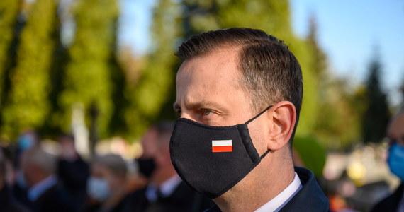 """""""Oczywiście, że się zaszczepię i będę robił wszystko żeby jak najwięcej osób się zaszczepiło, bo jest z tym ogromny problem"""" - stwierdził w TVN24 Władysław Kosiniak-Kamysz. """"Ja mogę jechać i zaszczepić prezydenta Dudę, bo on miał chyba jakieś wątpliwości. Zrobię to jak najszybciej się da, żeby tylko nie siali fake newsów, szczególnie rządzący"""" - dodał lider Polskiego Stronnictwa Ludowego, który jest z wykształcenia lekarzem."""