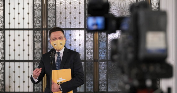 """""""Nie ma takiego pojęcia w polskim prawie jak narodowa kwarantanna. Istnieje za to w polskim prawie coś takiego jak stan klęski żywiołowej, i stan klęski żywiołowej trzeba wprowadzić"""" - tak lider ruchu Polska 2050 Szymon Hołownia ocenił postanowienia rządu dotyczące wprowadzenie od 28 grudnia kwarantanny narodowej."""