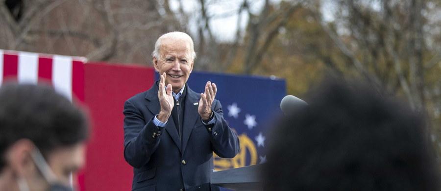 Joe Biden - amerykański prezydent elekt - zaszczepi się w poniedziałek publicznie przeciwko Covid-19. Trzy tygodnie później, jeszcze przed swoją zaplanowaną na 20 stycznia inauguracją, otrzyma drugą dawkę preparatu Pfizera.