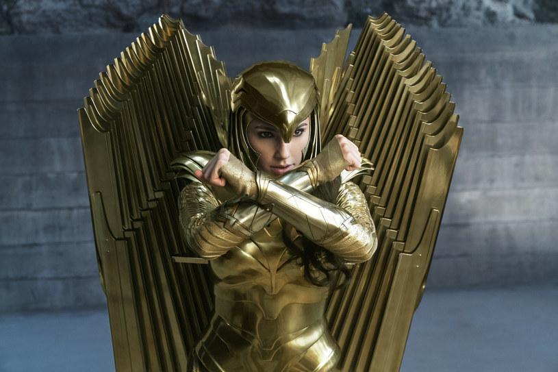 """Już 22 stycznia na ekrany polskich kin trafi długo wyczekiwana produkcja """"Wonder Woman 1984"""" w reżyserii Patty Jenkins. Odtwórczyni głównej roli ujawniła, że zachowała na pamiątkę pewien wyjątkowy przedmiot, który był elementem charakterystycznego stroju jej postaci. Mowa o majestatycznym złotym hełmie, który, jak wyjaśnia Gadot, jest dla niej """"symbolem siły, dziedzictwa i nadziei""""."""