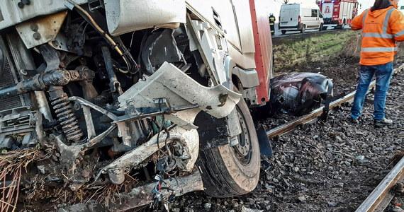 Do niebezpiecznej kolizji doszło nad drodze krajowej nr 11 w miejscowości Gwizd w gminie Ustronie Morskie. Ciężarówka wpadł w poślizg i zjechała na tory. Na szczęście nikomu nic się nie stało.