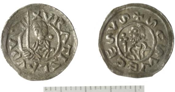 Obrączki i pierścionki znaleziono wraz ze średniowiecznymi monetami zakopanymi na polu kukurydzy w Słuszkowie k. Kalisza. To jeden z najbardziej intrygujących skarbów z terenu Polski - twierdzi dr Adam Kędzierski z Instytutu Archeologii i Etnologii PAN.
