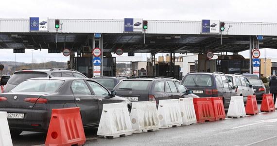 Ministerstwo Finansów Białorusi zaproponowało wprowadzenie opłat za wyjazd z kraju samochodem - informuje agencja Biełta, powołując się na ministra Jurija Seliwerstowa. Tut.by zwraca jednak uwagę, że według planów opłata nie będzie dotyczyła tych, co wyjeżdżają do Rosji.