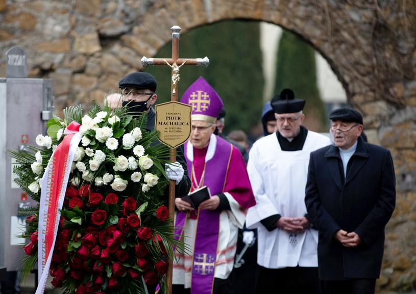 Ceniony aktor filmowy i teatralny, mistrz piosenki aktorskiej Piotr Machalica spoczął w sobotę na cmentarzu im. św. Rocha w Częstochowie. Żegnała go rodzina, władze miasta i przyjaciele artyści.