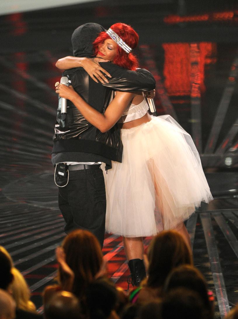 """Eminem wykorzystał najnowszy numer """"Gnat"""", aby przeprosić Rihannę za jego kontrowersyjne dotyczące pobicia gwiazdy przez Chrisa Browna."""