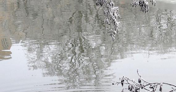 Zwłoki 55-letniego wędkarza zostały odnalezione na głębokości 11 metrów w Zalewie Włocławskim. Mężczyzna był poszukiwany od 12 dni. Śledztwo wyjaśni okoliczności jego śmierci.